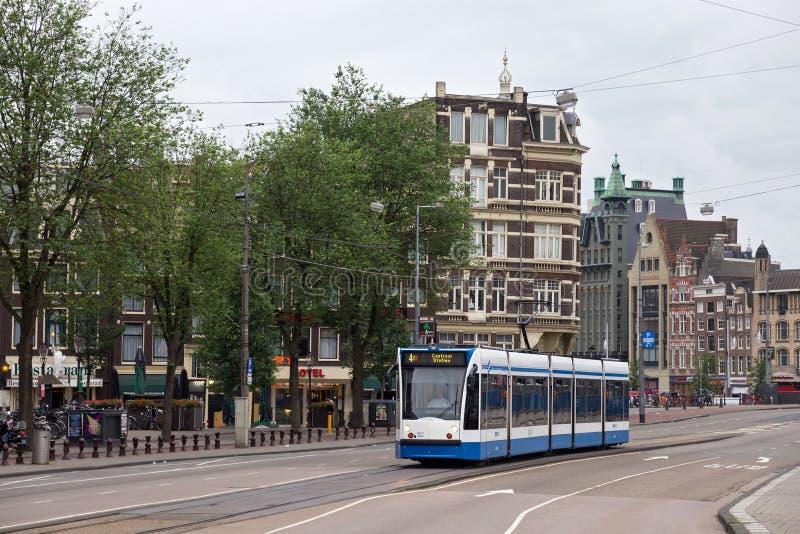 阿姆斯特丹,荷兰- 2017年6月25日:穿过城市的中心的西门子Combino电车 库存照片