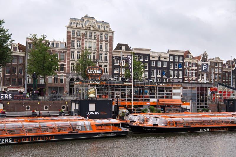 阿姆斯特丹,荷兰- 2017年6月25日:运河恋人巡航的橙色小船 免版税图库摄影