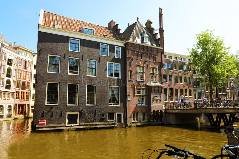 阿姆斯特丹,荷兰- 2018年6月6日:阿姆斯特丹运河的美丽的房子有桥梁和自行车的,阿姆斯特丹,荷兰 免版税库存图片