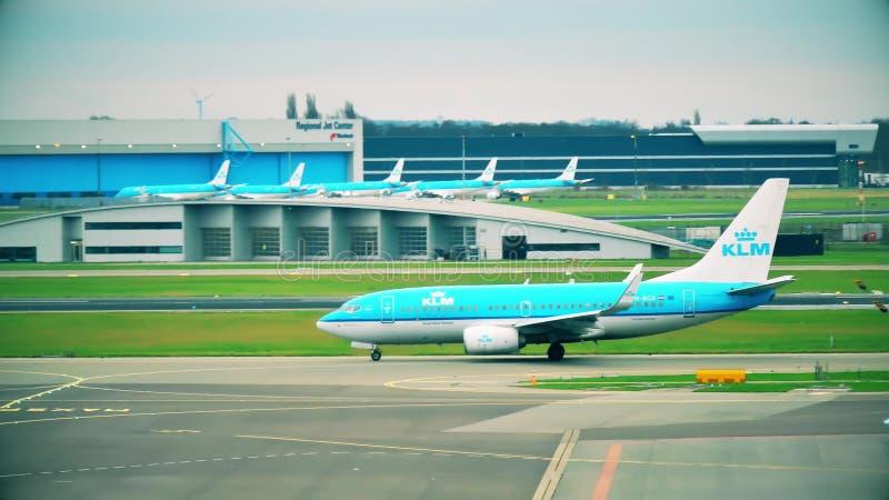 阿姆斯特丹,荷兰- 2017年12月25日 乘出租车在斯希普霍尔国际机场的KLM波音737-7K2班机 库存照片