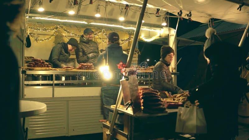 阿姆斯特丹,荷兰- 2017年12月28日 传统香肠供营商`摊位在晚上 免版税库存图片