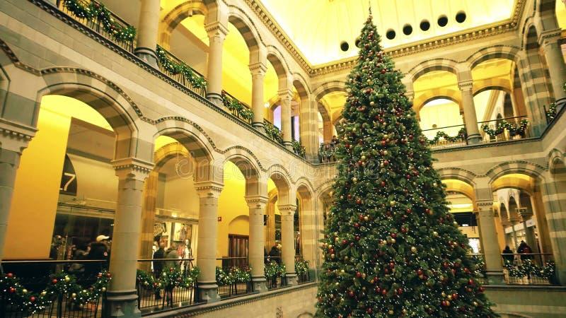 阿姆斯特丹,荷兰- 2017年12月25日 在商城的大装饰的圣诞树 库存照片