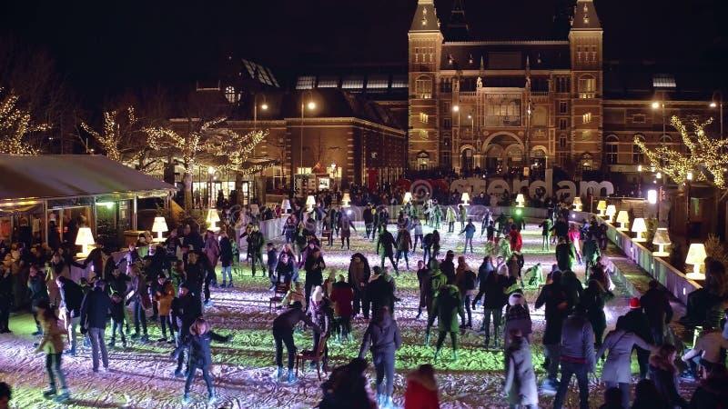 阿姆斯特丹,荷兰- 2017年12月28日 在著名I阿姆斯特丹标志附近的Crowded滑冰场在博物馆处所或 库存照片