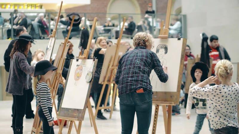 阿姆斯特丹,荷兰- 2017年12月26日 孩子和成人的非职业画象图画比赛 图库摄影