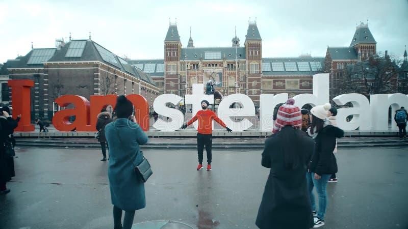 阿姆斯特丹,荷兰- 2017年12月26日 拍照片的游人临近在博物馆处所的著名I阿姆斯特丹标志或 免版税库存照片