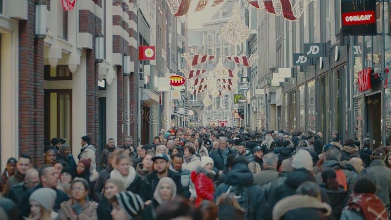 阿姆斯特丹,荷兰- 2017年12月25日 拥挤旅游街道顶上的射击在市中心 免版税库存照片