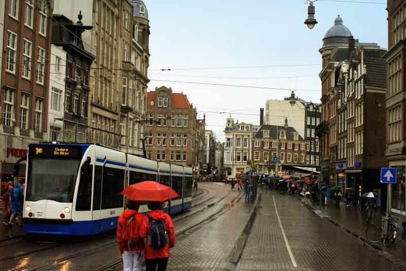 阿姆斯特丹,荷兰- 2015年8月18日:一个老镇的街道  免版税库存照片