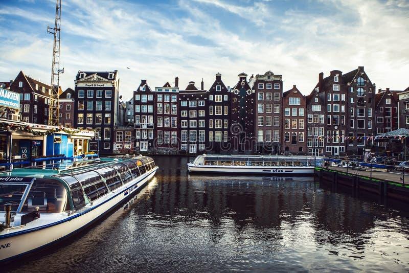 阿姆斯特丹,荷兰- 2015年1月30日:街道,古老大厦,小船,阿姆斯特丹-也加州的堤防美丽的景色  免版税库存照片