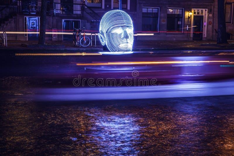 阿姆斯特丹,荷兰- 2015年12月19日:阿姆斯特丹夜运河的轻的设施在轻的节日内的12月19日, 库存图片