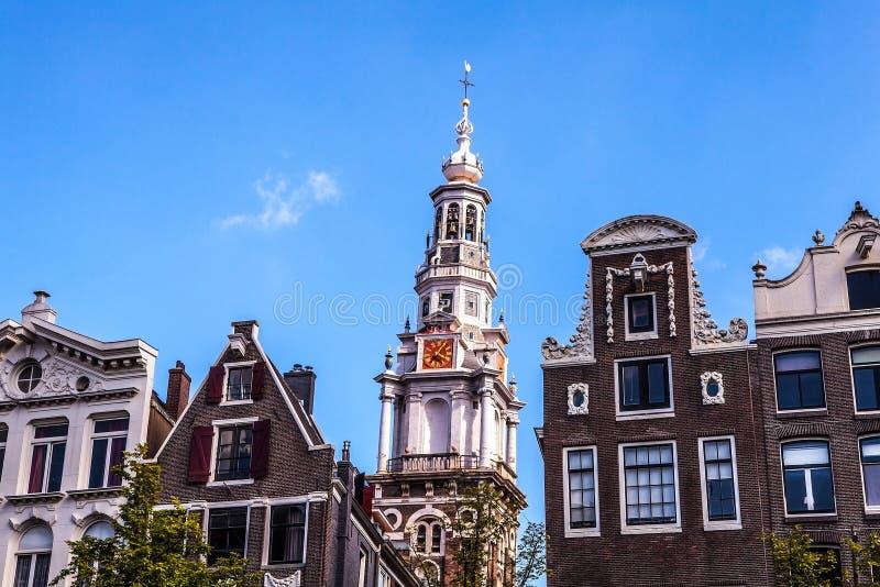 阿姆斯特丹,荷兰- 2016年8月6日:阿姆斯特丹市中心特写镜头著名大厦  城市街道一般风景视图  免版税库存图片