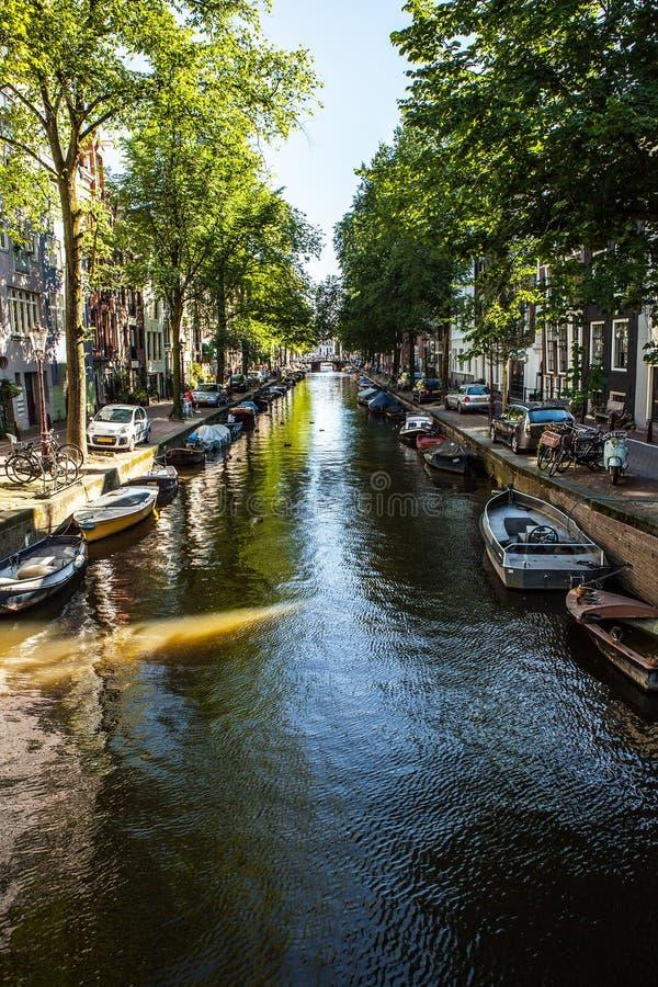 阿姆斯特丹,荷兰- 2016年8月6日:阿姆斯特丹市中心特写镜头著名大厦  城市街道一般风景视图  库存图片