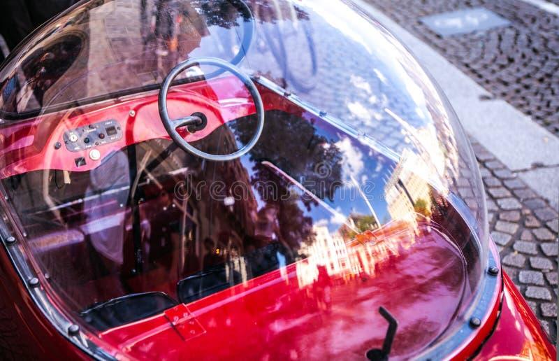 阿姆斯特丹,荷兰- 2016年8月6日:经典葡萄酒儿童的玩具汽车特写镜头 阿姆斯特丹-荷兰 免版税图库摄影