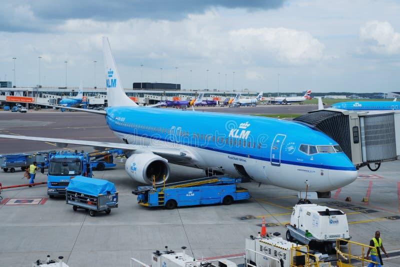 阿姆斯特丹,荷兰- 7月27 :被装载在斯希普霍尔机场的KLM飞机在2017年7月27日在阿姆斯特丹,荷兰 免版税库存图片