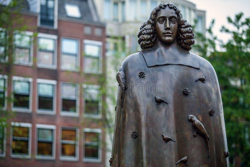 阿姆斯特丹,荷兰- 8月22 :从斯宾诺沙古铜的城市雕塑2015年8月22日的在阿姆斯特丹 图库摄影