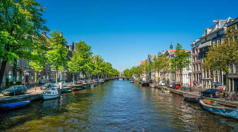 阿姆斯特丹, 2018年5月7日-有竞争的Kloveniersburgwal渠道 免版税库存照片