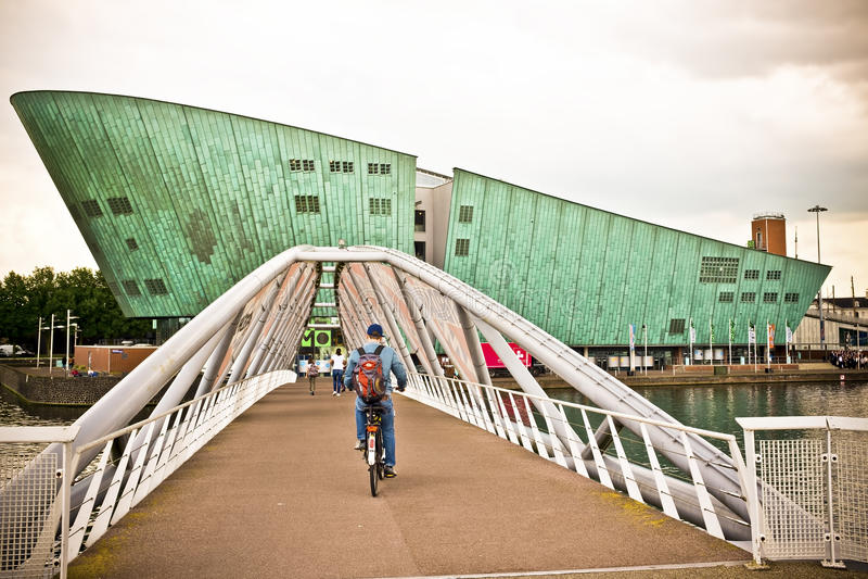 阿姆斯特丹,去科学cen的自行车的荷兰人 免版税库存照片