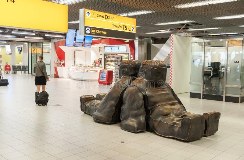 阿姆斯特丹, NETHERLAND - 2017年10月18日:与乘客的国际阿姆斯特丹史基浦机场内部 与C的离开地区 库存照片