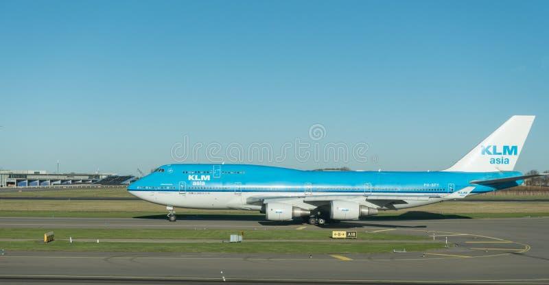 阿姆斯特丹, NETHERLAND - 2016年11月28日:准备好PH-BFY波音747的KLM在阿姆斯特丹史基浦机场离开 库存图片