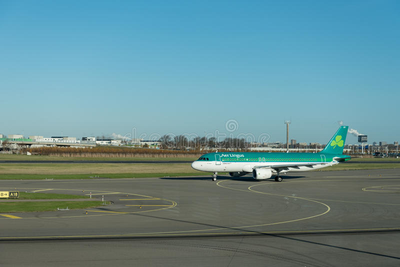 阿姆斯特丹, NETHERLAND - 2016年11月28日:空中客车A320准备好的爱尔兰航空在阿姆斯特丹史基浦机场离开 免版税库存照片
