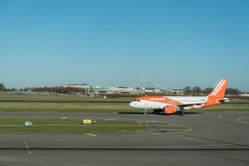 阿姆斯特丹, NETHERLAND - 2016年11月28日:G-EZDR空中客车A319准备好的EasyJet在阿姆斯特丹史基浦机场离开 图库摄影