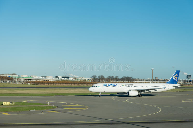 阿姆斯特丹, NETHERLAND - 2016年11月28日:P4-NAS空中客车A321空气准备好的阿斯塔纳在阿姆斯特丹史基浦机场离开 免版税图库摄影