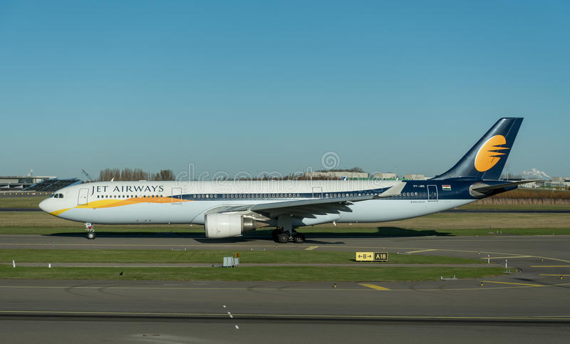 阿姆斯特丹, NETHERLAND - 2016年11月28日:VT-JWS空中客车A330准备好的喷气航空公司在阿姆斯特丹史基浦机场离开 库存图片