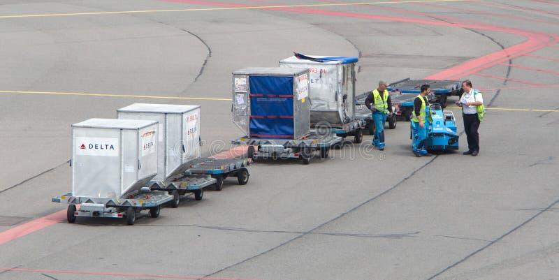 阿姆斯特丹- 2017年6月29日:飞机在斯希普霍尔A被装载 库存照片