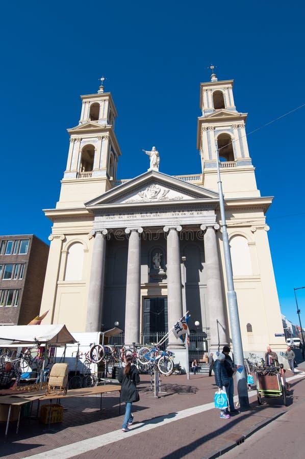 阿姆斯特丹4月30日:与Mozes亚伦教会的Waterlooplein阿姆斯特丹2015年4月30日,荷兰 免版税图库摄影