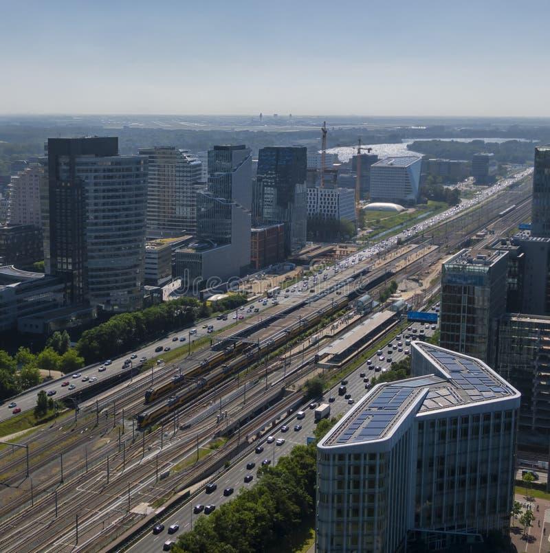 阿姆斯特丹Zuidas商业区天线,显示现代能承受的办公楼和连接与斯希普霍尔机场 免版税图库摄影