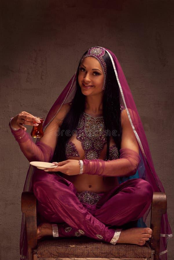 阿富汗尼的裤子的妇女, purdah和装饰物有茶armut 免版税图库摄影