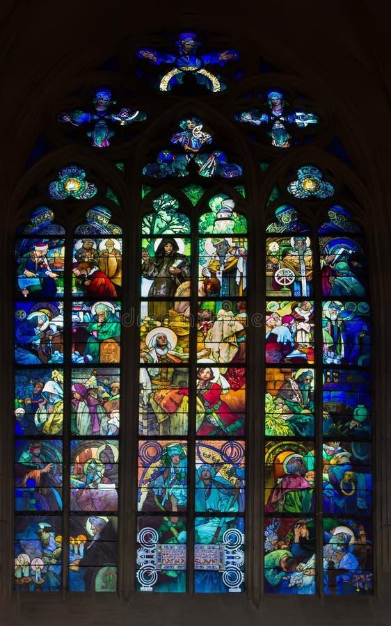 阿尔丰斯・慕夏彩色玻璃在圣Vitus大教堂,布拉格里 免版税库存图片
