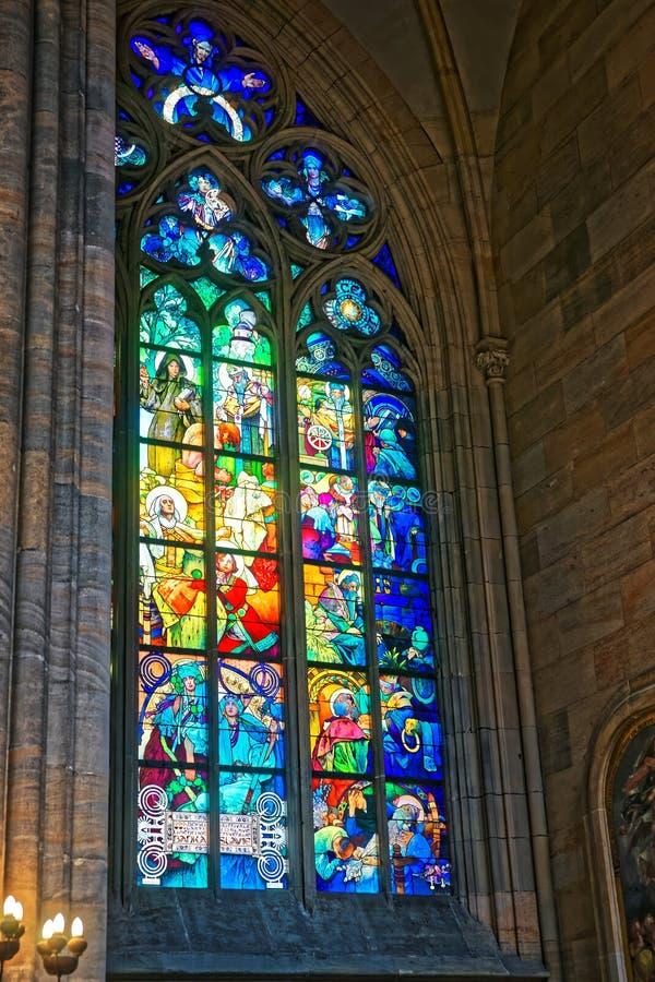 阿尔丰斯・慕夏St Vitus大教堂绘的污迹玻璃窗 免版税图库摄影