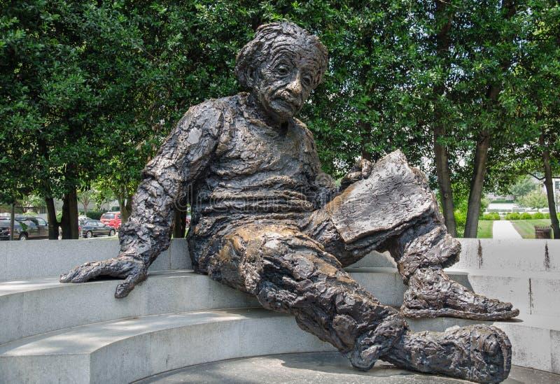 阿尔伯特・爱因斯坦纪念品-由雕刻家罗伯特Berks的古铜色雕象 免版税图库摄影
