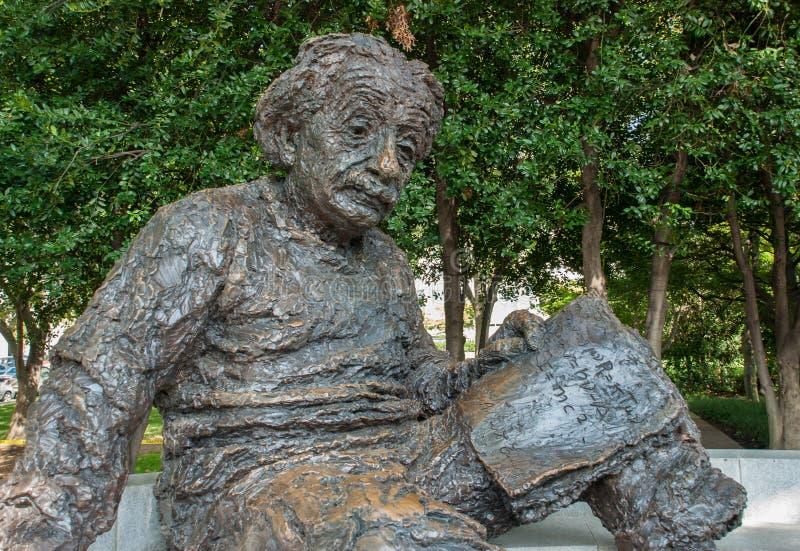 阿尔伯特・爱因斯坦纪念品-由雕刻家罗伯特Berks的古铜色雕象 免版税库存照片