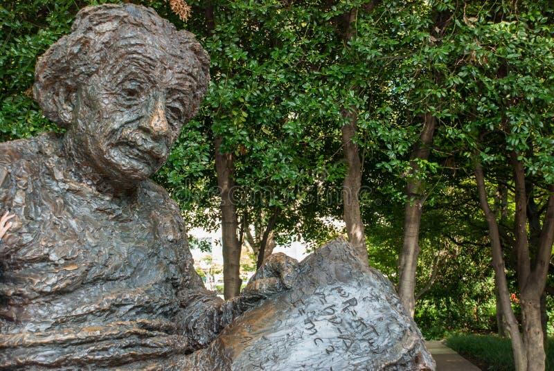 阿尔伯特・爱因斯坦纪念品-由雕刻家罗伯特Berks的古铜色雕象 库存图片