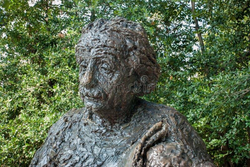 阿尔伯特・爱因斯坦纪念品-由雕刻家罗伯特Berks的古铜色雕象 免版税库存图片