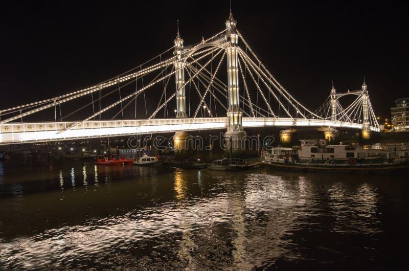 阿尔伯特桥梁在伦敦在晚上 免版税库存照片