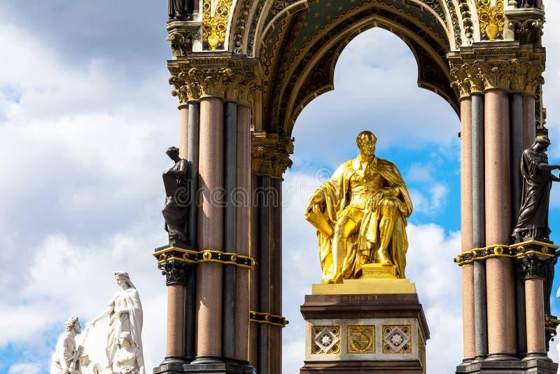 阿尔伯特纪念品在伦敦在肯辛顿庭院里位于了 阿尔伯特雕象,约翰・亨利福莱和托马斯Brock 免版税图库摄影