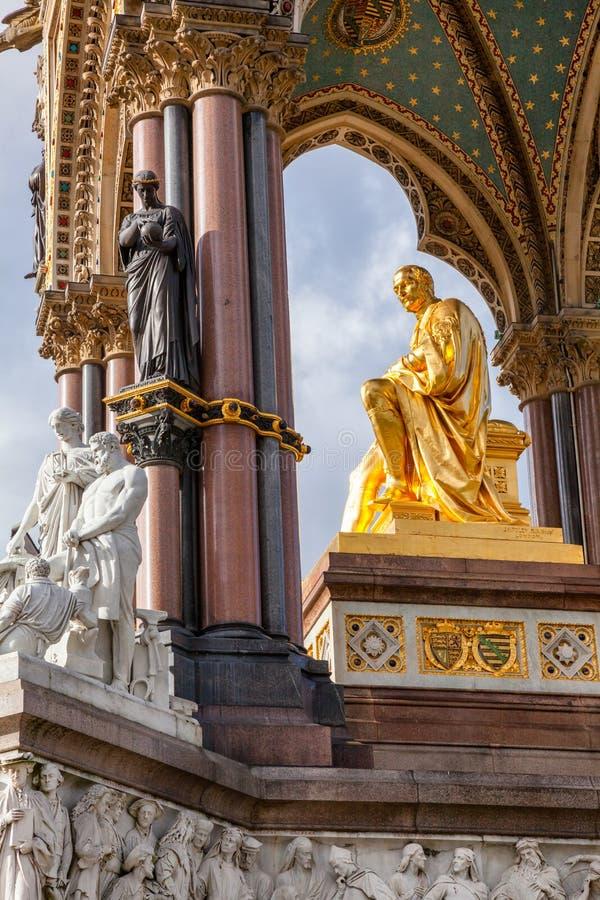 阿尔伯特纪念品在肯辛顿庭院伦敦英国里 免版税库存图片
