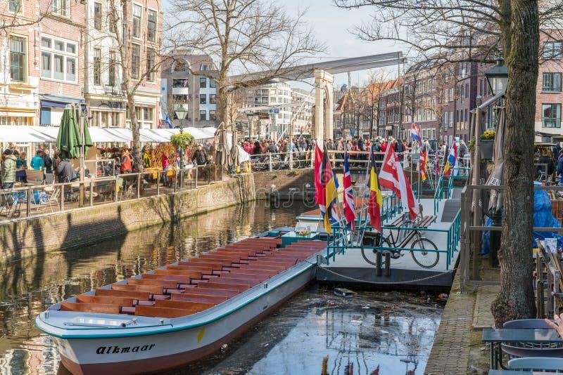 阿尔克马尔,荷兰- 2019年4月12日:Kaasmarkt和运河在阿尔克马尔荷兰镇,城市用它的著名乳酪 免版税库存图片