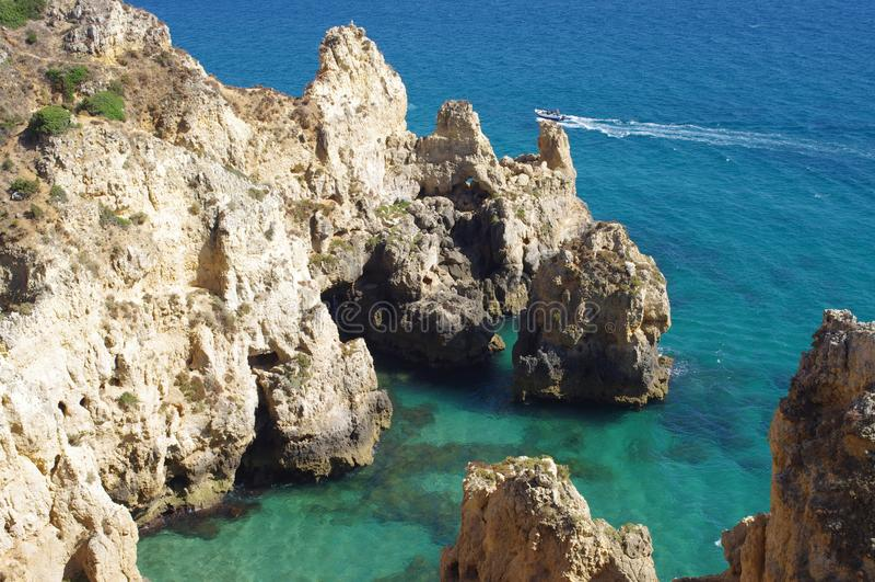 阿尔加威海岸的独特的岩层 免版税库存图片