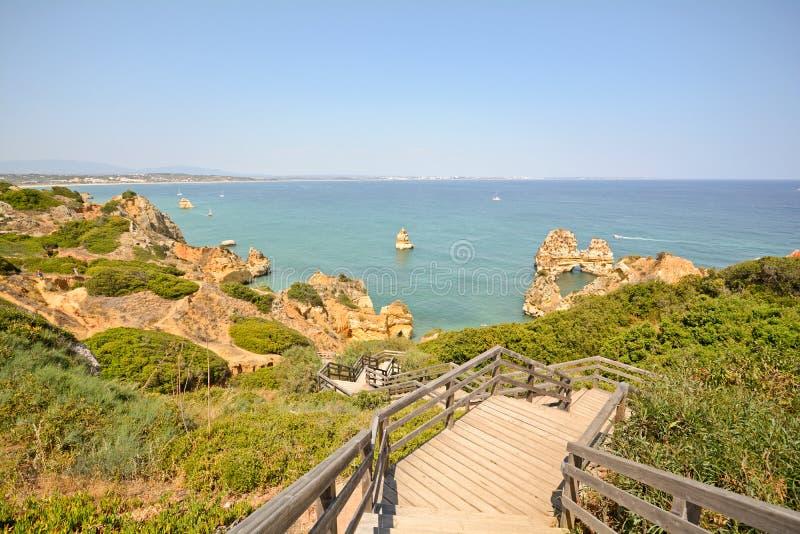 阿尔加威:使普腊亚靠岸的台阶在拉各斯,葡萄牙附近做卡米洛 免版税库存照片