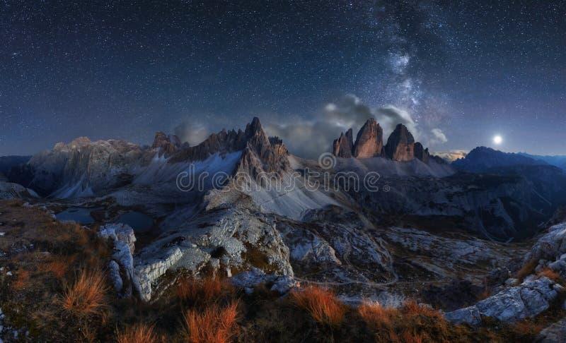 阿尔卑斯与夜空和Mliky方式, Tre Cime d的山风景 图库摄影