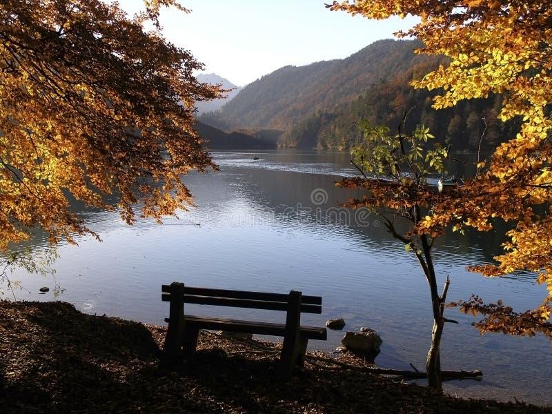 阿尔卑斯偏僻长凳的湖 免版税图库摄影