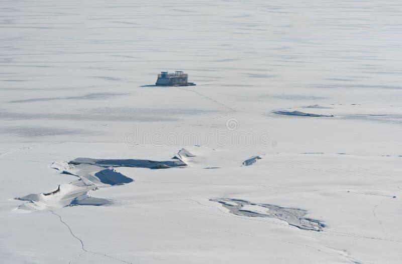 阿尔卑斯包括房子场面小的雪瑞士冬天森林 多斯帕特水坝在一个晴朗的冬日 斯诺伊童话在保加利亚 免版税图库摄影