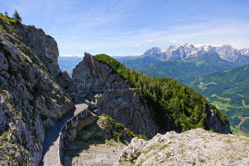 阿尔卑斯和方式对Eisriesenwelt (冰洞)在Werfen,奥地利 库存图片