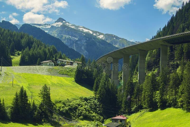 阿尔卑斯和高速道路的山峰的背景视图在山 免版税库存照片