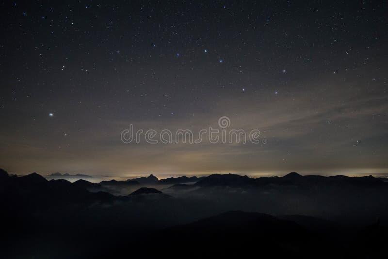 阿尔卑斯在与七星的晚上 免版税库存图片