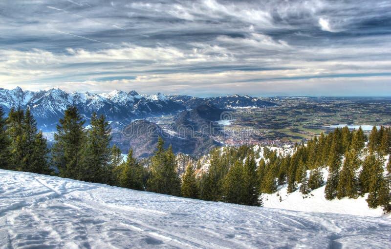 阿尔卑斯在冬天(从Tegelberg山的视图)。 免版税库存图片
