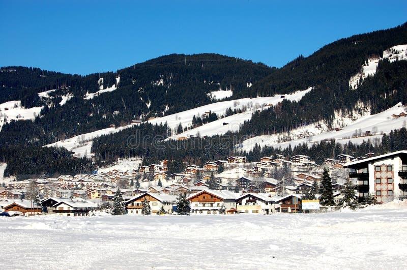 阿尔卑斯奥地利滑雪村庄 免版税库存图片